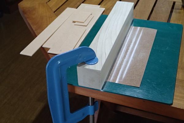 アクリルカッターで切った面を、直角&平旦に仕上げます